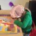 Meisje knutselt voor Sinterklaas